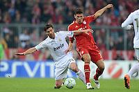 FUSSBALL   CHAMPIONS LEAGUE  HALBFFINAL HINSPIEL   2011/2012      FC Bayern Muenchen - Real Madrid          17.04.2012 Xabi Alonso (li, Real Madrid) gegen Mario Gomez (re, FC Bayern Muenchen)