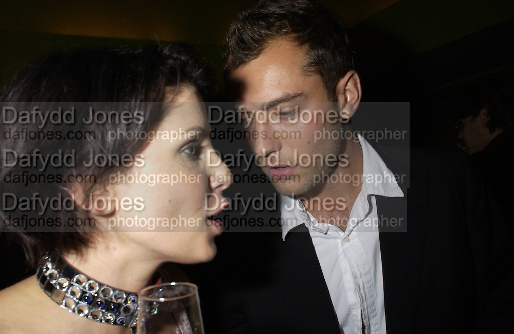 Sadie Frost and Jude Law. Frost French party. Light Bar. St Martin's Lane hotel. 18 September 2001. © Copyright Photograph by Dafydd Jones 66 Stockwell Park Rd. London SW9 0DA Tel 020 7733 0108 www.dafjones.com
