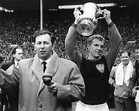 Fotball<br /> Foto: Colorsport/Digitalsport<br /> NORWAY ONLY<br /> <br /> DAVID COLEMAN, BBC COMMENTATOR, INTERVIEWS BOBBY  MOORE (WEST HAM UNITED CAPTAIN) AFTER WINNING THE   FA CUP FINAL. WEST HAM UNITED V PRESTON NORTH END 1964.