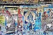 Nederland, Afferden, 27-8-2014De pont over de Maas tussen de dorpen, rivierdorpen, Afferden in Limburg en Vortum Mullum bij Boxmeer in Noord-Brabant. Bij de veerstoep staat een oud type bushokje. Beton, Betonnen platen, gebogen kap.de binnenkant is beplakt, volgeplakt, met affiches voor plaatselijke, lokale, activiteiten.FOTO: FLIP FRANSSEN/ HOLLANDSE HOOGTE