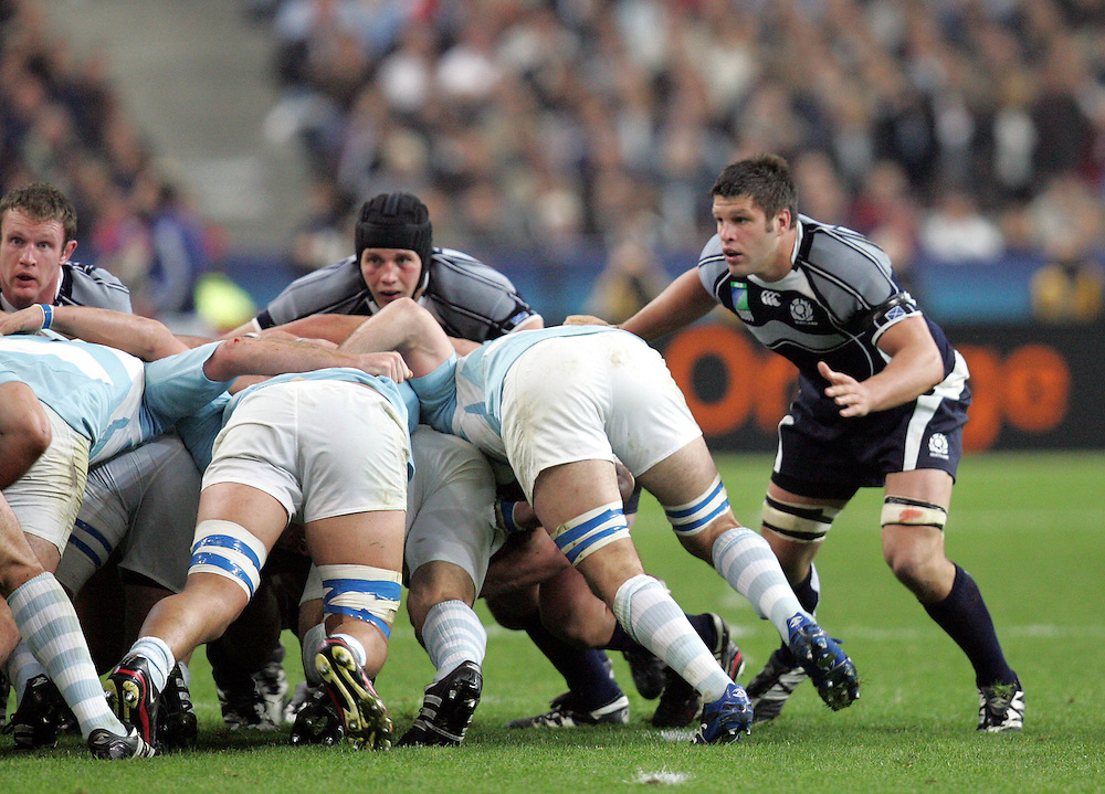 Allister Hogg (Far right) on the edge of the scrum. Argentina v Scotland (19 - 13) Stade de France, St Dennis, 07/10/2007, Quarter Final Match 44. Rugby World Cup 2007..