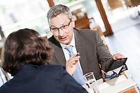 Österreich, Geschäftsmann und Geschäftsfrau bei Meeting in Restaurant, Arbeitsgespräch, Verhandlungsgespräch, Tablet Computer, konzentriert