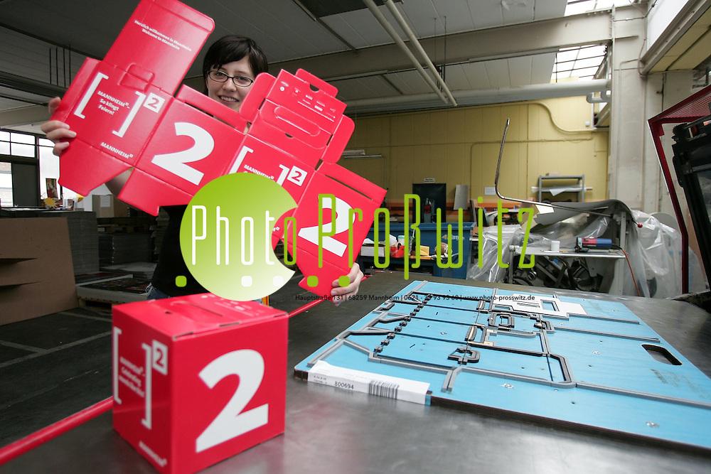Mannheim. K&auml;fertal. Fa. Rack und Schuck. Prodiktionsforma f&uuml;r Katonagen und Displays. Produktion der Hochschul-Begr&uuml;&szlig;ungsbox der Stadt MA.<br /> <br /> Bild: Markus Pro&szlig;witz<br /> ++++ Archivbilder und weitere Motive finden Sie auch in unserem OnlineArchiv. www.masterpress.org ++++