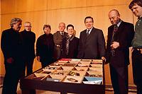 """08.03.1999, Deutschland/Bonn:<br /> Gerhard Schröder, Bundeskanzler, und einige Künstler, mit einem Tisch den er als Aktion """"Ein Tisch als Kunstobjekt für Gerhard Schröder"""" von 24 Künstlern anläßlich seiner Wahl zum Bundeskanzler erhielt. Schröder lud heute die Künstler zu einem Gespräch in den Kanzlerbungalow ein. Bundeskanzleramt, Bonn <br /> IMAGE: 19990308-03/01-09<br /> KEYWORDS: Gerhard Schroeder"""