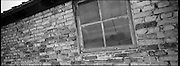 La 'Porta della morte' riflessa in una finestra di una baracca