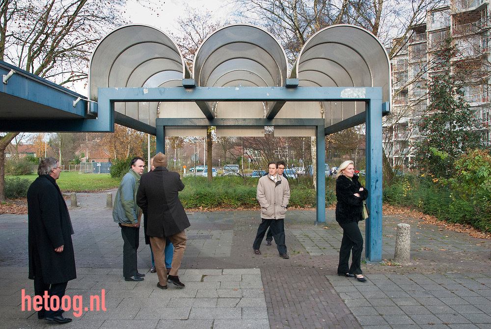 Nederland, 20nov2007 Burgemeester den Oudsten (uiterst links) en wethouders Jelmer van der zee (2e links) , Myra Koomen CDA,rechts) Jeroen Goudt (midden)op bezoek bij de plannen voor het winkelcentrum 'stokhorst' in enschede (is dit) de allerlelijksteplek van nederland?  verkiezing v/d lelijksteplek door programma 'de slag om nederland' VPRO TV
