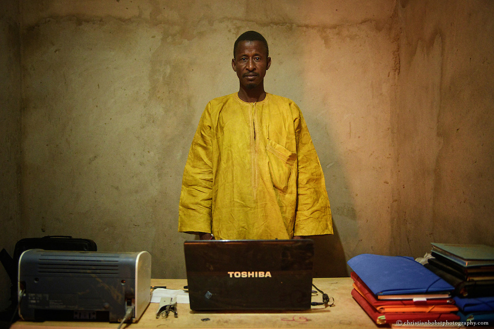 Dank der Finanzierung eines Sonnenkollektors können die lokalen HEKS Angestellten in YOUNOUFERE, Senegal ihre Rapporte nun mit einem Computer erfassen und bearbeiten.