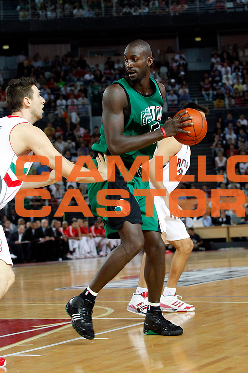 DESCRIZIONE : Roma Nba Europe Live Tour 2007 Toronto Raptors Boston Celtics <br /> GIOCATORE : Kevin Garnett<br /> SQUADRA : Boston Celtics<br /> EVENTO : Nba Europe LIve Tour 2007<br /> GARA : Toronto Raptors Boston Celtics<br /> DATA : 06/10/2007<br /> CATEGORIA : Palleggio<br /> SPORT : Pallacanestro<br /> AUTORE : Agenzia Ciamillo-Castoria/G.Cottini