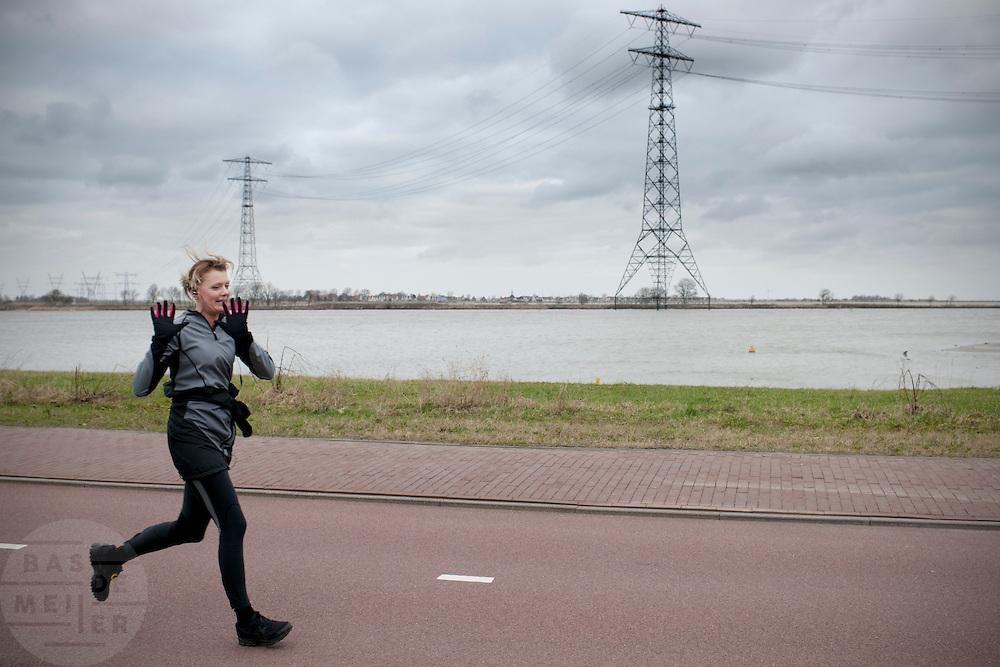 Een vrouw is aan het hardlopen in de nieuwbouwwijk IJburg bij Amsterdam.<br /> <br /> A woman is running at the new neighborhood IJburg in Amsterdam.