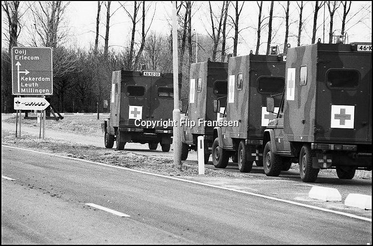 Nederland, Ooij, 01-02-1995Eind januari, begin februari 1995 steeg het water van de Rijn, Maas en Waal tot record hoogte van 16,64 m. bij Lobith. Een evacuatie van 250.000 mensen was noodzakelijk vanwege het gevaar voor dijkdoorbraak en overstroming. op verschillende zwakke punten werd geprobeerd de dijken te versterken met zandzakken. Hier in de Ooijpolder bij Nijmegen staat het leger klaar om mensen te evacueren. Ook busberdijven halen mensen op.Late January, early February 1995 increased the water of the Rhine, Maas and Waal to a record high of 16.64 meters at Lobith. An evacuation of 250,000 people was needed because of flood risk. At several points people tried to reinforce the dikes with sandbags.Foto: Flip Franssen/Hollandse Hoogte