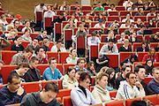 Nederland, Nijmegen, 13-3-2006Studenten volgen college in een collegezaal aan de Radboud universiteit. Sommigen werken met een laptop computer.Foto: Flip Franssen/Hollandse Hoogte