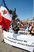 """Croisade contre Serrano en Avignon.environ 1.000 chrétiens  se sont rassemblés ce samedi 16 avril  en Avignon dans le Vaucluse, pour demander le retrait d'une oeuvre qu'ils jugent """"blasphématoire"""""""