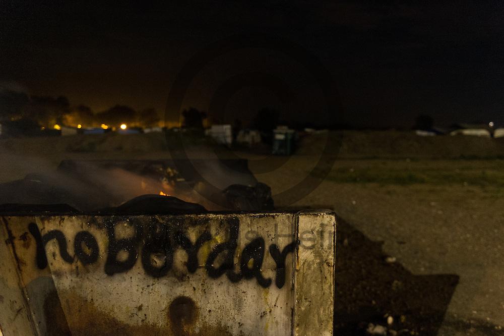 Calais, Frankreich - 16.10.2016<br /> &quot;No Border&quot; wurde im Dschungel von Calais an einen Muellcontainer gesprueht. Das Fluechtlingscamp an der Kueste zum Aermelkanal soll laut franzoesischer Regierung in den naechsten Tagen geraeumt werden. In dem Camp leben um die 1000 Fluechtlinge und warten auf die Moeglichkeit zur Weiterreise durch den Eurotunnel nach Gro&szlig;britannien. Photo: Foto: Markus Heine / heineimaging<br /> <br /> Calais, France - 2016/10/16<br /> &quot;No Border&quot; was sprayed in the Calais Jungle to a garbage container.The refugee camp on the coast to the English Channel is to be cleared in the next few days, according to the French government. In the camp live around the 1000 refugees and wait for the possibility to travel further through the Eurotunnel to the UK. Photo: Foto: Markus Heine / heineimaging<br /> <br /> ------------------------------<br /> <br /> Veroeffentlichung nur mit Fotografennennung, sowie gegen Honorar und Belegexemplar.<br /> <br /> Bankverbindung:<br /> IBAN: DE65660908000004437497<br /> BIC CODE: GENODE61BBB<br /> Badische Beamten Bank Karlsruhe<br /> <br /> USt-IdNr: DE291853306<br /> <br /> Please note:<br /> All rights reserved! Don't publish without copyright!<br /> <br /> Stand: 10.2016<br /> <br /> ------------------------------