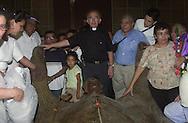 Foto de Archivo de la legada del monumento de Monsenor Oscar Arnulfo Romero a la Catedral Metropolitana de San Salvador. La imagen que fue realizada en Italia fue recibida por Monsenor Jesus Delgado. Photo: Edgar ROMERO/Imagenes Libres.