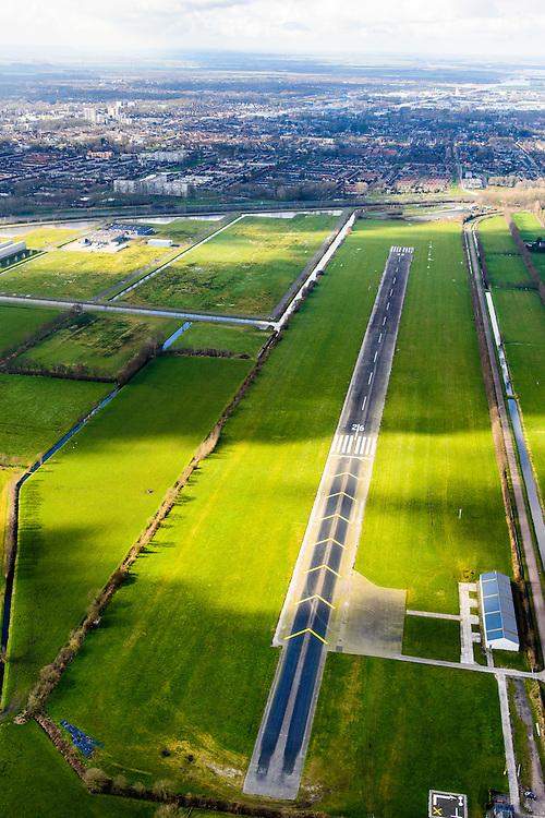 Nederland, Friesland, Gemeente Smallingerland, 28-02-2016; Drachten met Vliegveld Drachten in de voorgrond, gezien naar de stad. Het vliegveld is ontstaan als airstrip voor de Philipsvestiging.<br /> Drachten with airstrip.<br /> luchtfoto (toeslag op standard tarieven);<br /> aerial photo (additional fee required);<br /> copyright foto/photo Siebe Swart