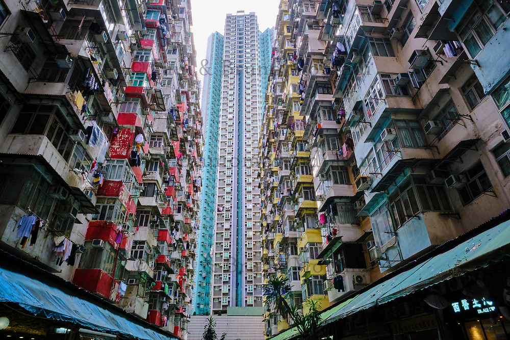Chine, Hong Kong, Hong Kong Island, quartier d'habitation très dense // China, Hong Kong, Hong Kong Island, densely crowded apartment buildings