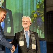 NLD/Amsterdam/20191128 - Koning Willem-Alexander reikt Erasmusprijs 2019 uit, Koning Willem Alexander reikt de erasmusprijs uit aan Amerikaanse componist en dirigent John Adams