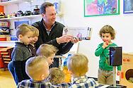 Nederland, Den Bosch, 20150122.<br /> Voorleesontbijt op het kinderdagverblijf Smalsteps, de Toverhoed-Noord met  televisiepresentator Jochem van Gelder.<br /> Jochem van Gelder leest de kinderen voor. Hij eet ook een hapje mee met de kinderen.<br /> De Nationale Voorleesdagen zijn een initiatief van Stichting Lezen. Doel van deze campagne is het stimuleren van voorlezen aan kinderen die zelf nog niet kunnen lezen. Centraal tijdens de Voorleesdagen staat het Prentenboek van het Jaar 2015 Boer Boris gaat naar zee van schrijver Ted van Lieshout en illustrator Philip Homan.<br /> <br /> Netherlands, Den Bosch, 20150122.<br /> Read for breakfast at the daycare Small Steps, the Toverhoed North with television presenter Jochem van Gelder.<br /> Jochem van Gelder reads the children. He also eats a snack along with the children.<br /> The National Reading Days are an initiative of Reading Foundation. The aim of this campaign is to encourage reading to children who do not yet read. Central during the Reading Days is the Picture Book of the Year 2015 Farmer Boris goes to sea from author Ted van Lieshout and illustrator Philip Homan.