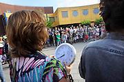 Nederland, Beek, 13-8-2012Voor ouders, docenten en leerlingen van basisschool de Biezenkamp is het nieuwe schooljaar weer begonnen.De leerkrachten verwelkomden de kinderen met een lied waarin zij de nieuwe schooltijden, volcontinu, bezongen.Foto: Flip Franssen/Hollandse Hoogte