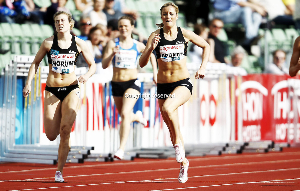 07.06.2012. Paris, France.   Diamond League Bislett Games Tara Marie  Nina Brandt NOR and Norum in a tight finish in the womens 400 metres  Athletics