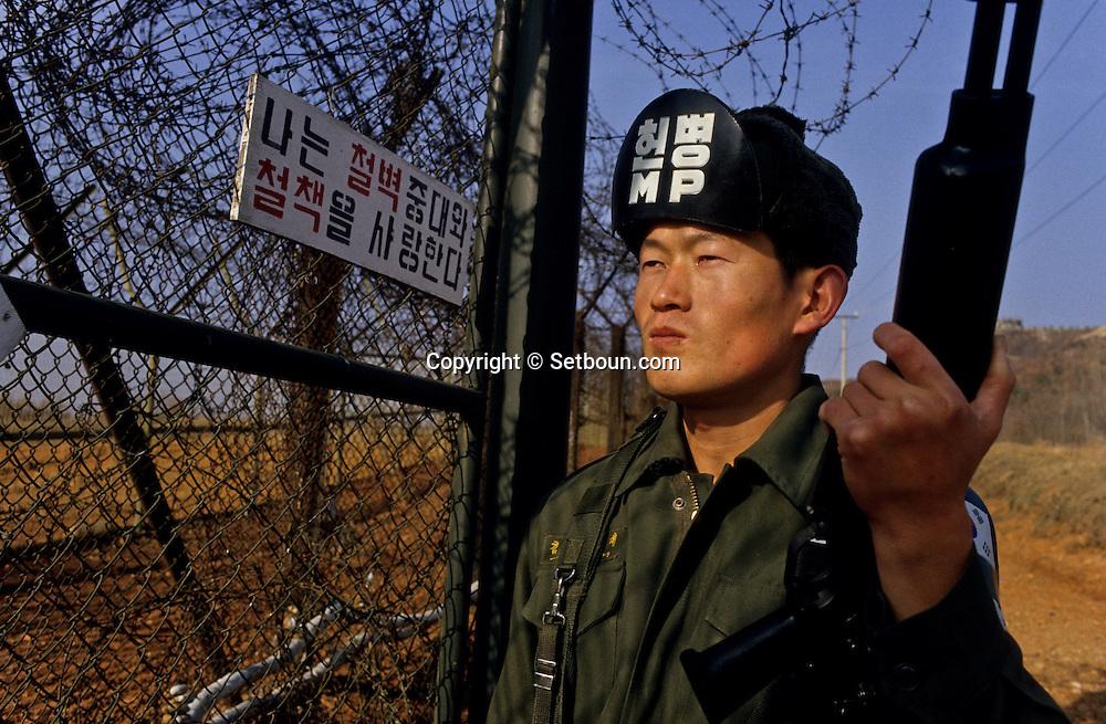 21.22- War is at the gates of the city. North Korea is only at 20 miles from Seoul. The North Korean fighters could reach Seoul in less than 3 minutes. The demilitarize line that runs along the 38 parallel is one of the most sensitive place in the world.       ///Seoul est a  trente kilometres a  peine de la Coree du Nord; Les chasseurs nord-coreens pourraient atteindre la capitale du sud en moins de 3 minutes. La zone demilitarisee (D.M;Z;) qui court le long du 38° parallele est un des points les plus sensibles de la planete. La guerre est aux portes de la capitale;           L2715  /  R00030  /  P0003322