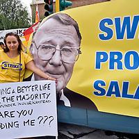 Protesta del lavoratori Ikea davanti all'ambasciata della Svezia
