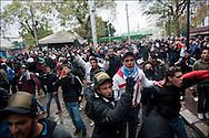 Des manifestants place de Barcelone lors d'affrontements avec les forces de police. // Des affrontements entre la police et les manifestants ont éclaté dans le centre de Tunis, notamment avenue Habib Bourguiba, faisant (selon Associated Press) 3 morts (prétendument par balle) et 12 blessés parmi les manifestants, Tunis le 26 février 2011.