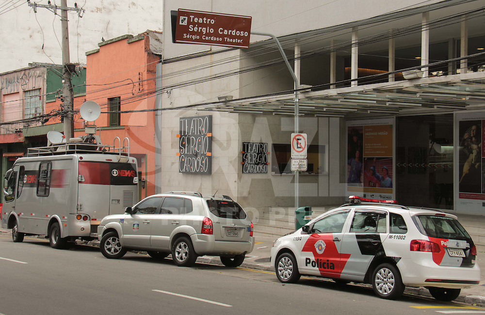 SÃO PAULO, SP, 28.04.2015 - VELÓRIO - ANTÔNIO ABUJAMRA -  Preparativos para o velório de Antônio Abujamra no Teatro Sérgio Cardoso na região central de São Paulo nesta terça-feira, 28. (Foto: Márcio Ribeiro / Brazil Photo Press).