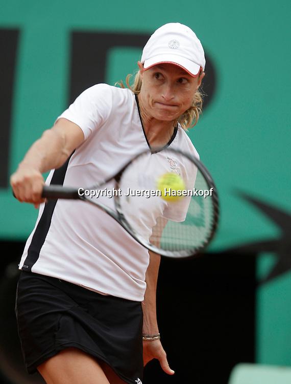 French Open 2009, Roland Garros, Paris, Frankreich,Sport, Tennis, ITF Grand Slam Tournament, .Tathiana Garbin (ITA) spielt eine Rueckhand,backhand,action..Foto: Juergen Hasenkopf..