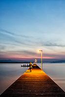 Trapiche na Costeira do Pirajubaé ao anoitecer. Florianópolis, Santa Catarina, Brasil. / Pier at Costeira do Pirajubae at dusk. Florianopolis, Santa Catarina, Brazil.