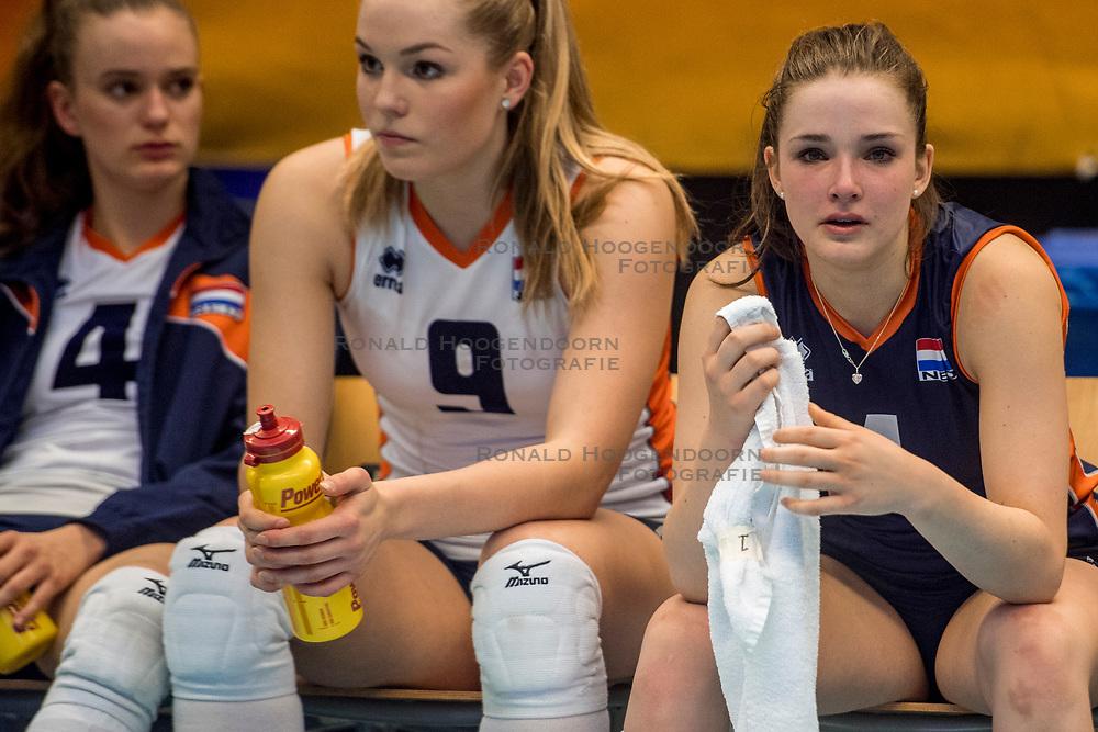 08-04-2017 NED:  CEV U18 Europees Kampioenschap vrouwen dag 6, Arnhem<br /> Sloveni&euml; - Nederland 3-1 - Nederland verliest van Sloveni&euml; en daarmee verliezen ze ook deelname aan het WK /Dagmar Boom #4, Charlot Vellener #9, Susanne Kos #1