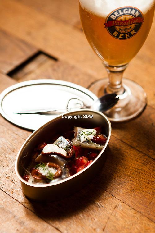 Voorbeeld van een Bapas, een maatje haring-hapje met bijpassend bier. Bapas is de titel van een nieuw kookboekje bij uitgeverij de Standaard samengesteld door Karl van Malderen, Sven Gatz en Jan Pille. H