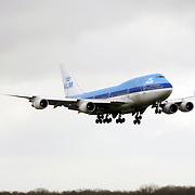 Vliegtuig, KLM Boeing 747 landend op Schiphol, .lichten, landingslichten