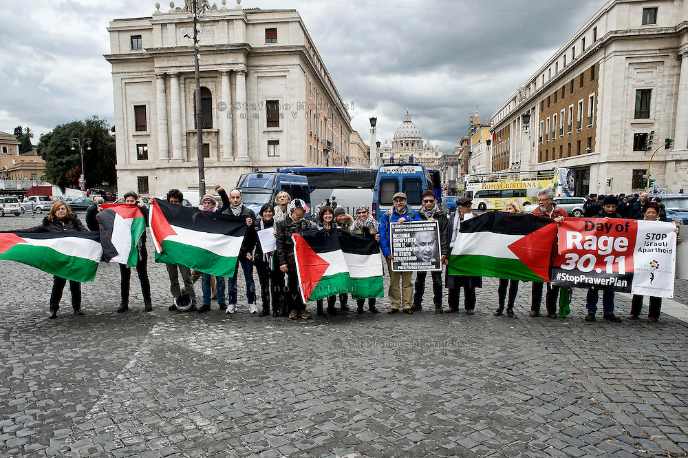 "Roma 2 Dicembre 2013<br /> Manifestazione del ""Coordinamento Netanyahu  non gradito"", per protestare contro la visita in Italia del Primo ministro israeliano  Benjamin Netanyahu, durante l'incontro con Papa Francesco  e contro l'applicazione del Piano Prawer-Begin<br /> Rome December 2, 2013<br /> Demostration of the  ""Netanyahu  not welcome committee"" to protest against the visit to Italy, the Israeli Prime Minister Benjamin Netanyahu  during his meeting with Pope Francis,  and against the implementation of the Prawer-Begin Plan"