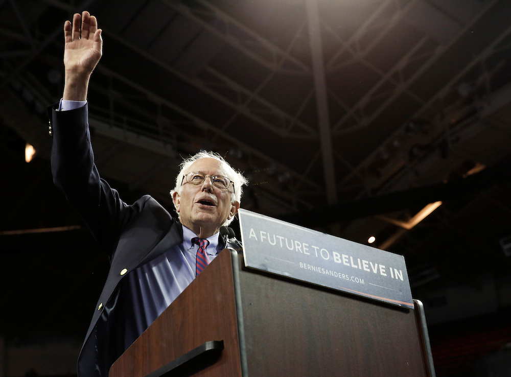 Democratic presidential candidate Bernie Sanders greets the crowd during a rally at Key Arena on March 20, 2016 in Seattle.  AFP PHOTO/JASON REDMOND