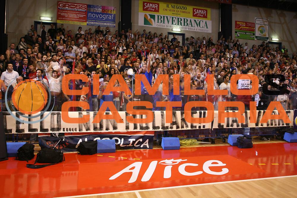 DESCRIZIONE : Biella Lega A1 2006-07 Angelico Biella Whirlpool Varese<br />GIOCATORE : Tifosi<br />SQUADRA : Angelico Biella<br />EVENTO : Campionato Lega A1 2006-2007 <br />GARA : Angelico Biella Whirlpool Varese<br />DATA : 19/11/2006 <br />CATEGORIA :  Curiosita<br />SPORT : Pallacanestro <br />AUTORE : Agenzia Ciamillo-Castoria/S.Ceretti