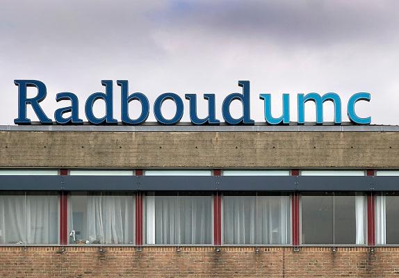 Nederland, Nijmegen, 4-10-2018 Gebouw umc radboud, umcn, academisch, radboudumc, universitair ziekenhuis. Op de voorgrond de bushalte met wachtende mensen . Foto: Flip Franssen