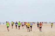 Europa, Niederlande, Zeeland, Teilnehmer des Zeeland Marathons am Strand von Oostkapelle auf Walcheren, jedes Jahr am ersten Oktoberwochenende findet der Zeeland Marathon statt, der schwerste in den Niederlanden. <br /> <br /> Europe, Netherlands, Zeeland, participants of the Zeeland Marathon at the beach in Oostkapelle on the peninsula Walcheren, on the first weekend of October each year the Zeeland Marathon takes place, it is the hardest in the Netherlands.