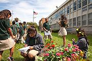 """Des élèves de l'école primaire Academy for Global Citizenship cherchent l'inspiration dans les jardins, afin de créer des Haikus. Située dans un quartier industriel défavorisé du sud-ouest de Chicago avec une population issue à 91% de minorités ethniques et 80% de familles à bas-revenus, cette école utilise son jardin potager comme fil rouge de son système éducatif. Les résultats de l'AGC sont 5% au dessus de la moyenne de l'Etat de l'Illinois et 11% supérieurs aux autres écoles du quartier. // Students of the elementary and middle school """"Academy for Global Citizenship"""" seek inspiration in the gardens as they write haiku. Located in a disadvantaged industrial quarter of South-West Chicago with 91 % ethnic minorities and 80 % low income families, this school uses its vegetable gardens as a backbone of its education system. The scholarly results place the AGC 5% above the average of the state of Illinois and 11% higher than the other schools in the district."""