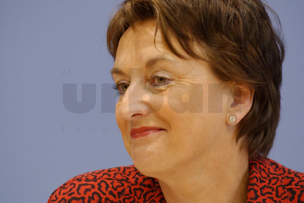 29 JAN 2003, BERLIN/GERMANY:<br /> Brigitte Zypries, SPD, Bundesjustizministerin, waehrend einer Pressekonferenz, Bundespressekonferenz<br /> IMAGE: 20030129-01-018<br /> KEYWORDS: BPK