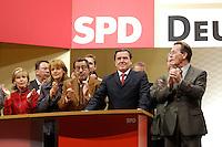 16 SEP 2005, BERLIN/GERMANY:<br /> Doris Schroeder-Koepf, Kanzlergattin, Edelgard Bulmahn, SPD, Bundesbildungsministerin, Guenter Grass, Schriftsteller, Gerhard Schroeder, SPD, Bundeskanzler, und Franz Muentefering, SPD Parteivorsitzender, (v.L.n.R.), Wahlkampf-Abschlussveranstaltung der SPD, Gendarmenmarkt<br /> Doris Schroeder-Koepf, wife of Schroeder, Edelgard Bulmahn, Fed. Minister of Education, Guenter Grass, writer, Gerhard Schroeder, SPD, Federal Chancellor, and Franz Muentefering, Chairman of the Social Democrats Party, (L-R), last election campaign rally, Gendarmenmarkt<br /> IMAGE: 20050916-02-005<br /> KEYWORDS: Bundestagswahl, Gerhard Schröder, Franz Müntefering, Doris Schröder-Köpf