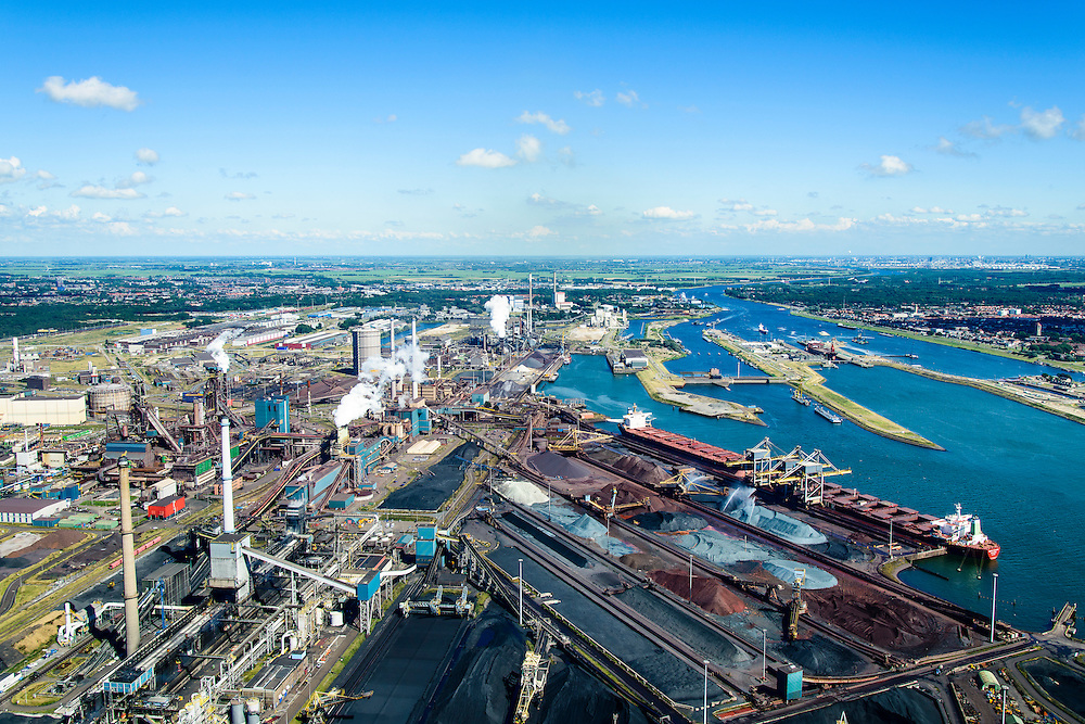 Nederland, Noord-Holland, IJmuiden, 01-08-2016; Velsen-Noord, Noorderbuitenkanaal en Hoogovenkanaal met bulk carriers voor erts en kolen. Terrein van Tata Steel met hoogovens.<br /> Tata Steel industrial site, steel works.<br /> <br /> luchtfoto (toeslag op standard tarieven);<br /> aerial photo (additional fee required);<br /> copyright foto/photo Siebe Swart
