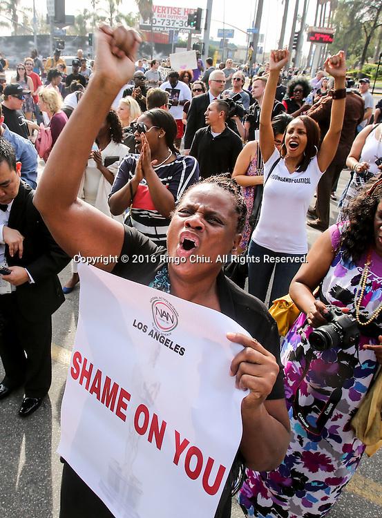 2月28日,一名示威者手持抗议牌及高乎口号。当日,在美国好莱坞奥斯卡金像奖颁发典礼附近,黑人民权牧师夏普顿领导示威者抗议好莱坞缺乏种族多样性。夏普顿还呼吁计画转播颁奖实况的电视台抵制转播。 新华社发(赵汉荣摄) <br /> Demonstrators hold signs and shout during a rally to protest the all-white slate of Oscar acting nominees and calling for more diversity in the entertainment industry, on Sunday February 28, 2016 in Los Angeles, the United States. (Xinhua/Zhao Hanrong)(Photo by Ringo Chiu/PHOTOFORMULA.com)<br /> <br /> Usage Notes: This content is intended for editorial use only. For other uses, additional clearances may be required.