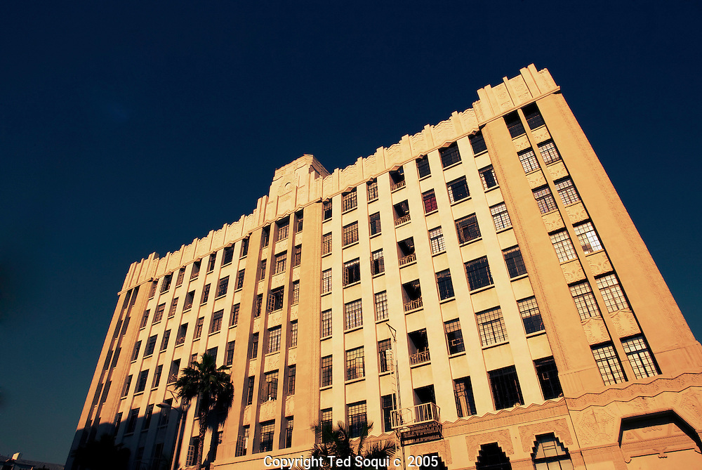 The Ravenswood apt bldg at 570 n.Rossmore Ave Los Angeles..Not far from the point where Vine Street turns into Rossmore, a tall and elegant row of apartment buildings appears. Mae West owned the Ravenswood and lived in the penthouse until her death in 1980. John F. Kennedy lived in the penthouse of the streamlined classic moderne Mauretania, designed by Milton J. Black for actor Jack Haley (the Tin Man), during the Democratic National Convention in the summer of 1960 and rendezvoused with Marilyn Monroe. And the El Royale in recent years has been called a dormitory for agents and others with entertainment glamour jobs