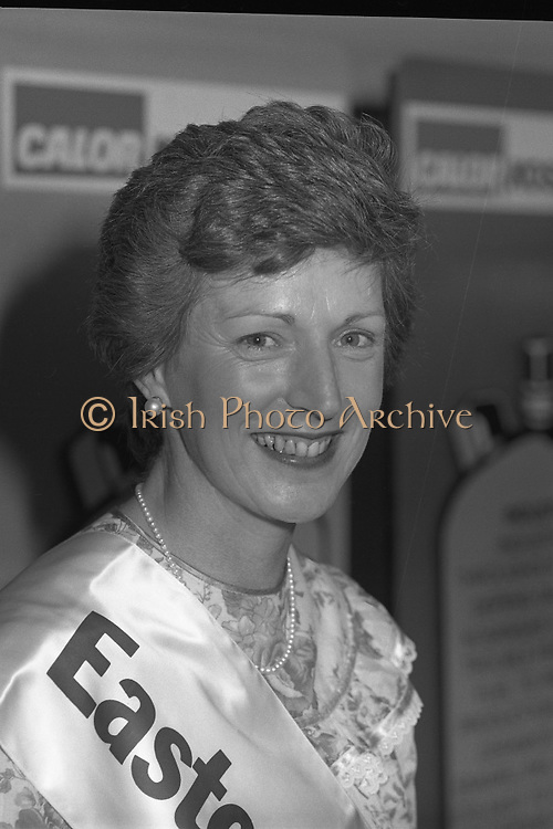 "Calor Kosangas Housewife of the Year - Dublin Regional Final.26/10/1982  26.10.1982..""Calor Kosangas Housewife Of The Year 1982"". Dublin Regional Final..The final was held in the Gresham Hotel,O'Connell St,Dublin. The winner was Mrs.,Deirdre Ryan,Derrypatrick,Drumree,Co Meath..Mrs Deirdre Ryan poses proudly."