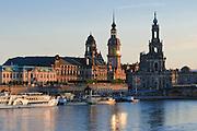 Blick über die Elbe auf barocke Altstadt, Brühlsche Terrasse, Schiffe Weiße Flotte, Dresden, Sachsen, Deutschland.|.Dresden, Germany, View on river Elbe and historic city of Dresden, Dresden