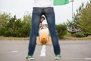 De laatste voorbereidingen worden getroffen, zoals het stellen van de camera. Het Human Power Team Delft en Amsterdam (HPT), dat bestaat uit studenten van de TU Delft en de VU Amsterdam, is in Senftenberg voor een poging het laagland sprintrecord te verbreken op de Dekrabaan. In september wil het HPT daarna een poging doen het wereldrecord snelfietsen te verbreken, dat nu op 133 km/h staat tijdens de World Human Powered Speed Challenge.<br /> <br /> With the special recumbent bike the Human Power Team Delft and Amsterdam, consisting of students of the TU Delft and the VU Amsterdam, is in Senftenberg (Germany) for the attempt to set a new lowland sprint record on a bicycle. They also wants to set a new world record cycling in September at the World Human Powered Speed Challenge. The current speed record is 133 km/h.