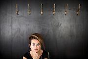 Schritstellerin Teresa Präauer fotografiert für das Literaturhaus Prag im Cafe Orient.