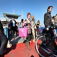 Nederland, Amsterdam , 3 juli 2014.<br /> Drukte tijdens spitsuur op pontje naar Noord vanaf Centraal station en omgekeerd.<br /> Foto:Jean-Pierre Jans
