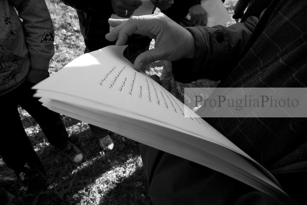 Il campo profughi di Manduria in provincia di Taranto è stato allestisto nelle campagne tra Manduria e Oria (Br). In queste foto alcuni ragazzi provenienti da Oria (Br), hanno cercato di allietare il pomeriggio nel campo profughi con musica popolare salentina. Ovviamente è stato un pretesto questo per dar sfogo alla loro gioia. I ragazzi tunisini hanno cominciato a cantare musiche del loro paese e ad inscenare balli tradizionali.